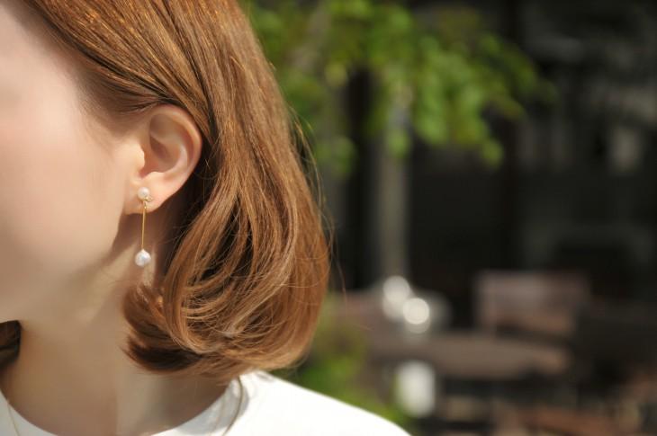 金線バーとパールのフェミニンモードなイヤリング。煌めく1粒ビジューがアクセントになった揺れるデザインは耳周りを女性らしく演出します。