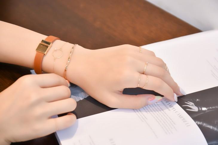 リッチカラーのレザーバングル。高級感のあるデザインは手元のコーディネートを今年らしくクラスアップさせてくれます。 マグネットタイプなので着脱がしやすいのもポイント。グレー、ゴールド、ブラウンの3色展開。