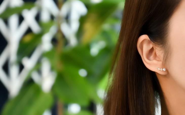 煌めくパールビジューが耳のラインに沿うカーブラインピアス。小さめのサイズ感がコーディネートに取り入れやすく、上品で大人可愛いアイテムです。 カジュアルスタイルからオケージョンスタイルまで幅広くお使い頂けます。
